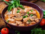 Пилешка кавърма с чушки, гъби, лук, чесън, доматено пюре и червено вино